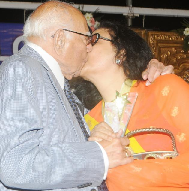 Be it men or women, Ram Jethmalani just want to have pleasure in kissing