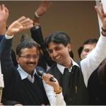 Kumar Vishwas enjoys link-up with AAP woman volunteer!
