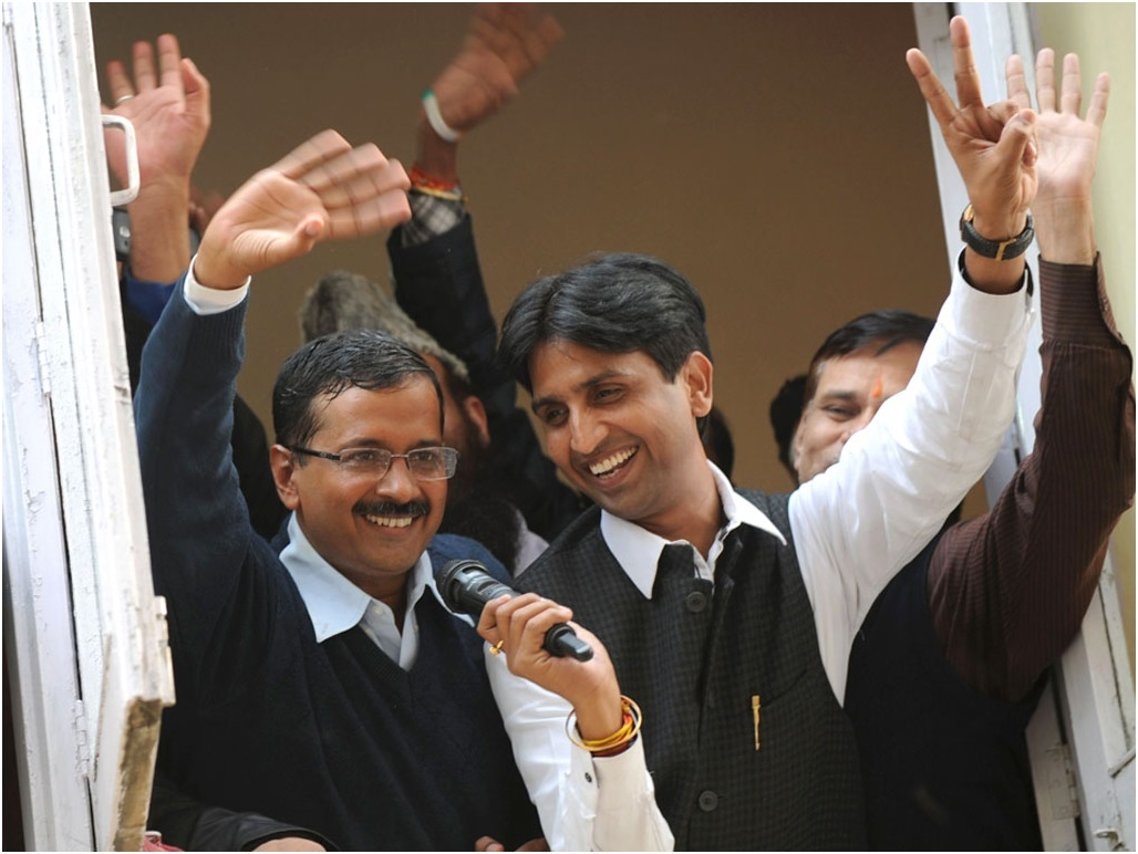 Kumar Vishwas enjoys link-up with AAP woman volunteer!