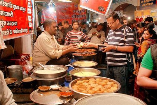 agra, bedai, best food in agra, best food of india, dalmoth, handbag, handmade carpets, jalebi, leather bags, marble souvenirs, mughal carpets, panchhi petha, panchi petha agra, Taj Mahal