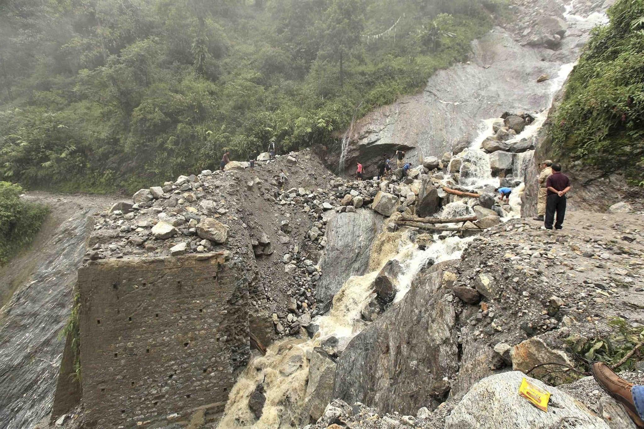 Tourist and Passengers stranded as Jammu- Srinagar NH closed