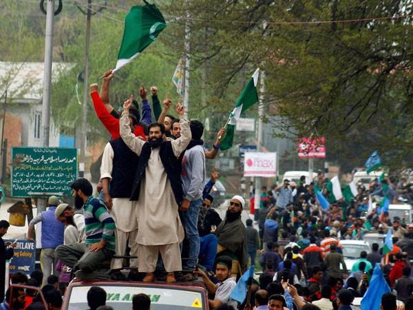 17-1429255776-pakistani-flags-in-srinagar1