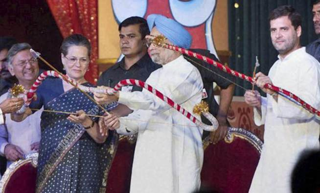 New Delhi: Former PM Manmohan Singh, Congress President Sonia Gandhi and party Vice President Rahul Gandhi holding bows and arrows during Dussehra celebrations at Red Fort in New Delhi on Thursday. PTI Photo (PTI10_22_2015_000300B)