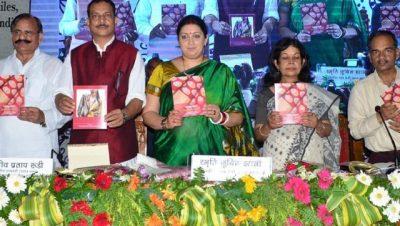 Union ministers Smriti Irani and Rajiv Pratap Rudy at the National Handloom Day celebrations in Varanasi.