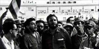 Fidel Castro (c) with his friend Che Guevara